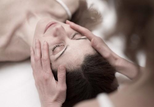 Zita Pavlištová ošetřuje ženu pomocí kraniosakrální biodynamické terapie